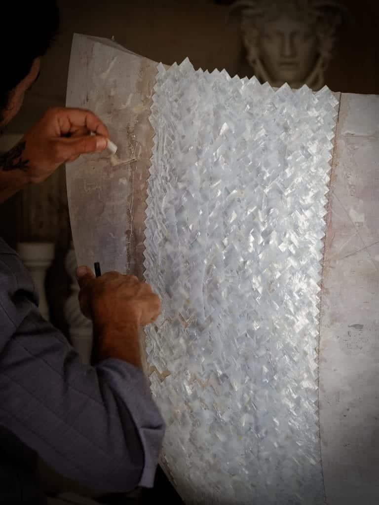 lavorazione tessere madreperla vasca mop